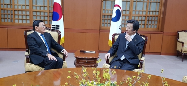 Indonesian Ambassador Bids Farewell to Foreign Minister Yun